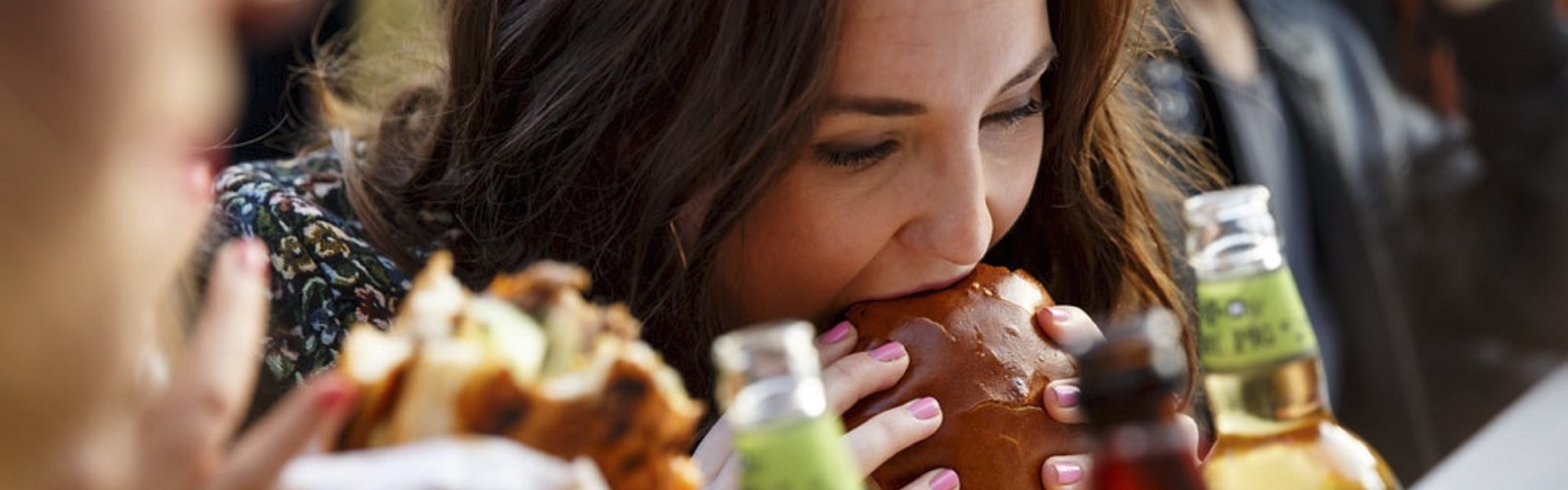 https://streethafen.com/wp-content/uploads/Girl-eating-Hamburger-1920x600.jpg